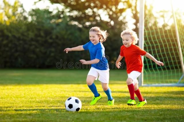 copii jucand fotbal